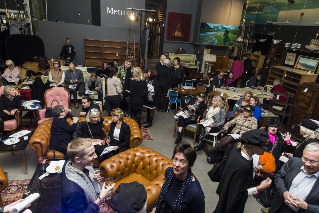 6630961 2016-11-14 Stadsbrudskårens välgörenhetsauktion på Metrolpol Auktioner. Arrangör Marianne Djudic. På Bilden: COPYRIGHT STELLA PICTURES