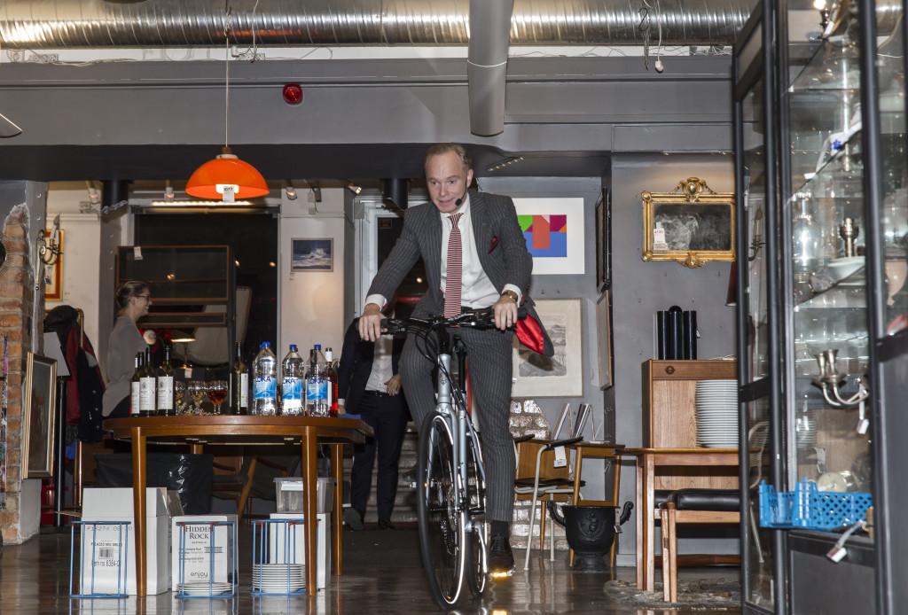 6630966 2016-11-14 Stadsbrudskårens välgörenhetsauktion på Metrolpol Auktioner. Arrangör Marianne Djudic. På Bilden: Peder Lamm COPYRIGHT STELLA PICTURES