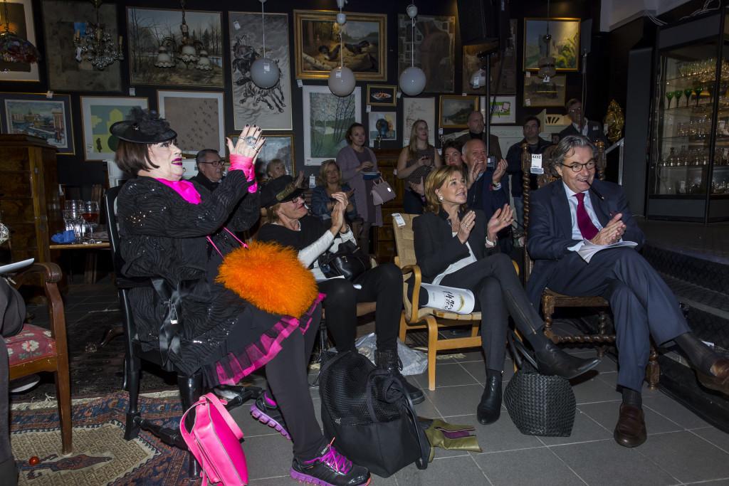 6630984 2016-11-14 Stadsbrudskårens välgörenhetsauktion på Metrolpol Auktioner. Arrangör Marianne Djudic. På Bilden: Gunilla Ponten COPYRIGHT STELLA PICTURES