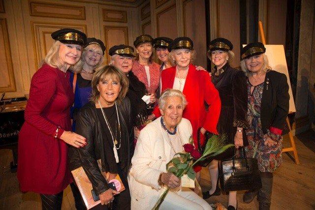 Delar av Stadsbrudskåren uppvaktar Kjerstin Dellert på hennes 90-årsdag.